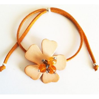 Bracelet Fleur cuir beige, lien suédine caramel